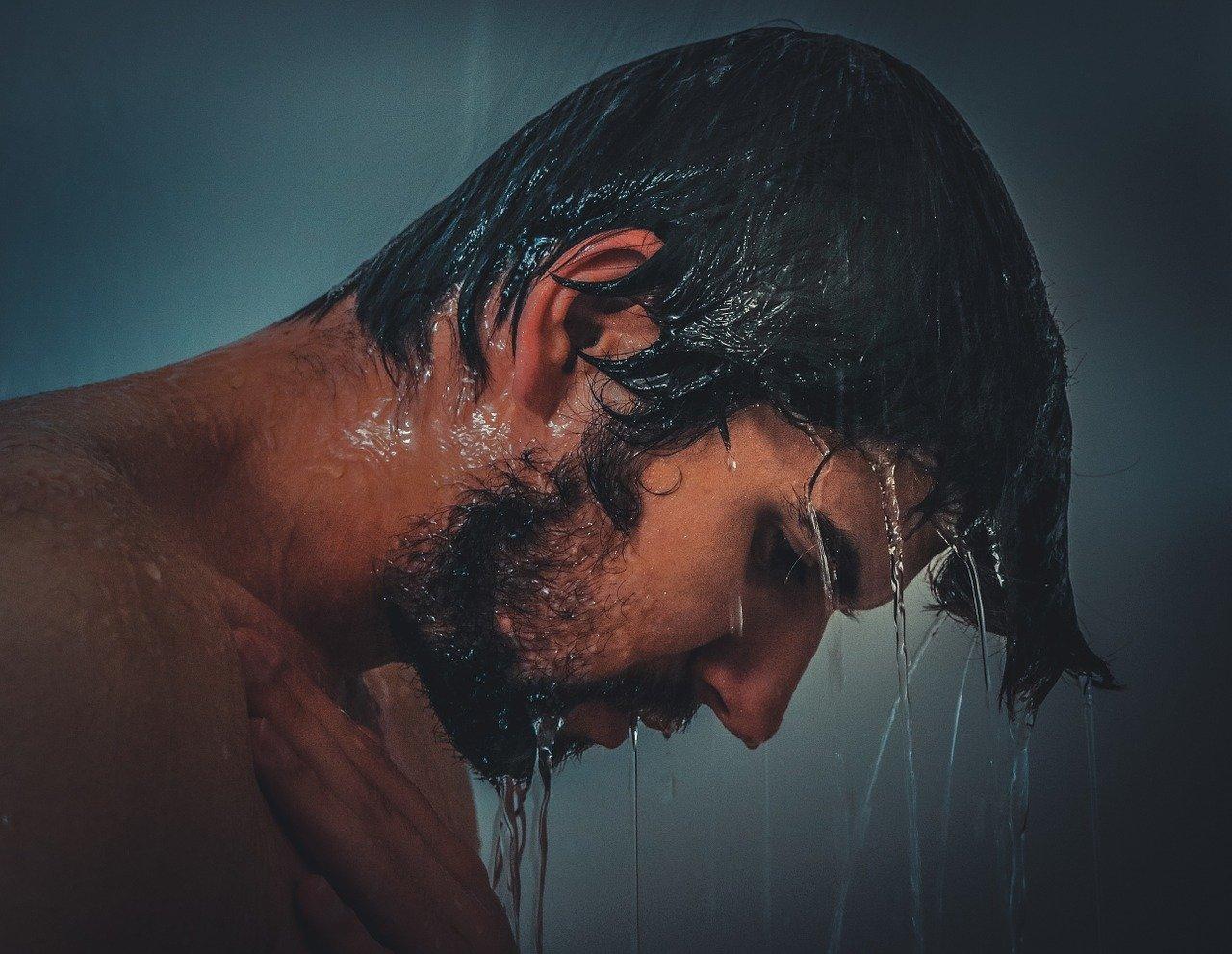 Prysznic po przebudzeniu czy kąpiel przed snem?