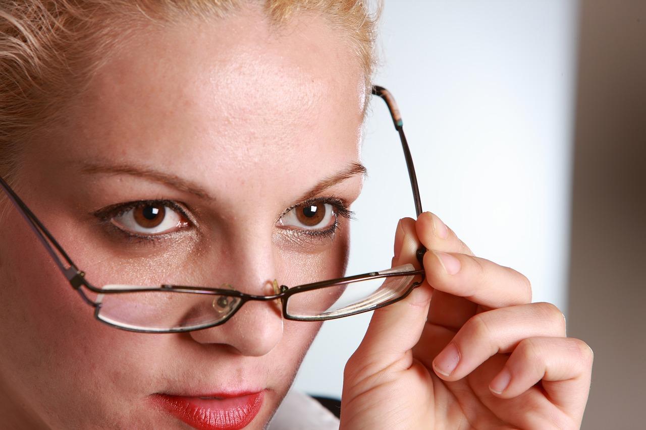 Makijaż z użyciem cieni do okularów